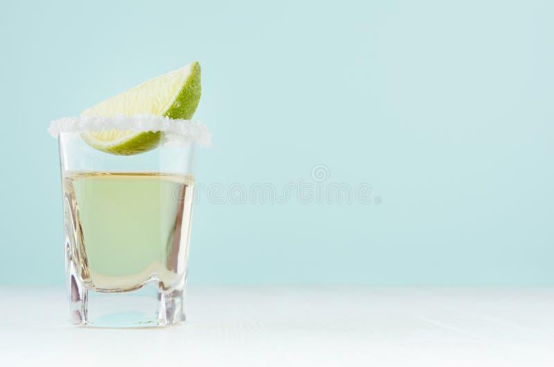 Cocktail van de de zomer de verse alcohol met tequila en zure groene kalk in uitstekend geschoten glas in zacht licht wit en groe royalty-vrije stock afbeeldingen