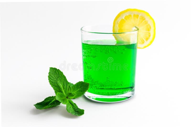 Cocktail van groene soda met citroen op de rand van een transparant glas stock fotografie