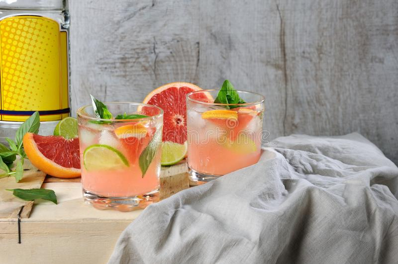 Cocktail van jenever en grapefruit stock afbeeldingen