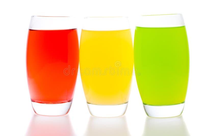 Cocktail variopinti con frutta isolata su bianco fotografie stock libere da diritti