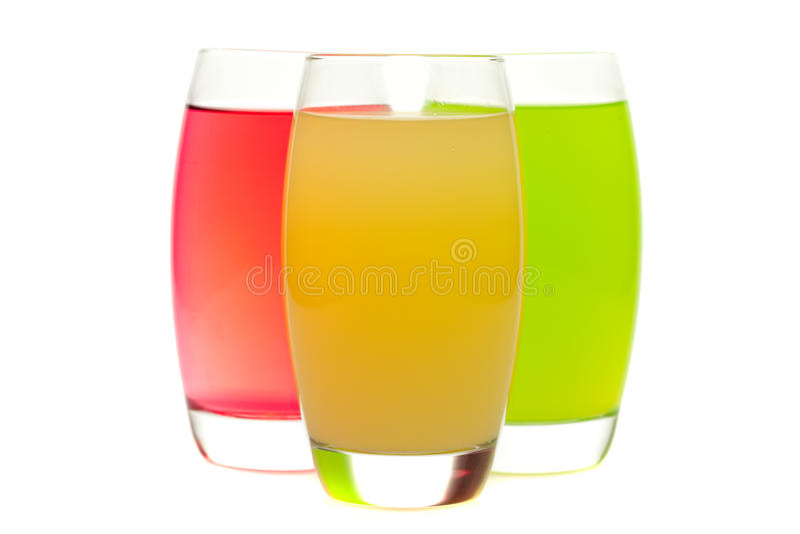 Cocktail variopinti con frutta isolata su bianco fotografie stock