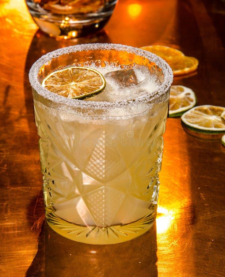 Download Cocktail velho da forma imagem de stock. Imagem de noite - 107528841