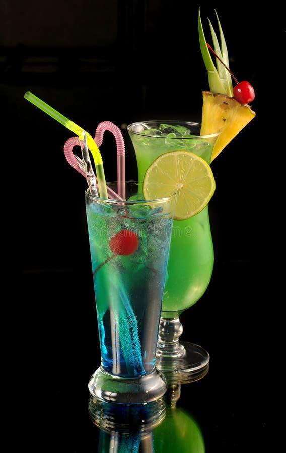 Cocktail verde com abacaxi e o cocktai azul imagens de stock royalty free