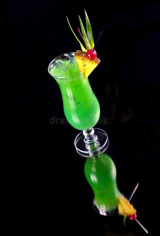 Cocktail verde con l'ananas sul nero fotografie stock