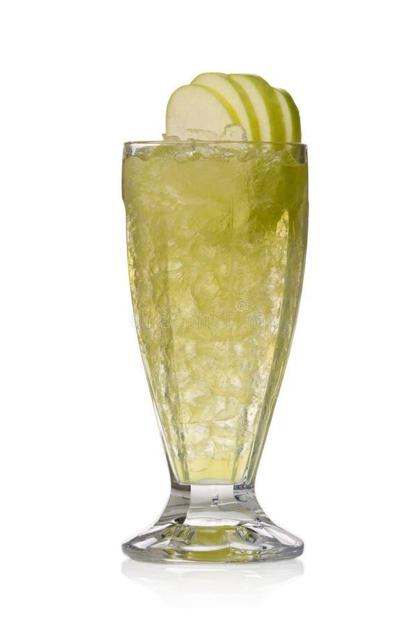 Cocktail verde con le mele ed il ghiaccio immagine stock libera da diritti