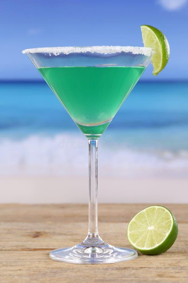 Cocktail verde di Martini sulla spiaggia immagine stock libera da diritti