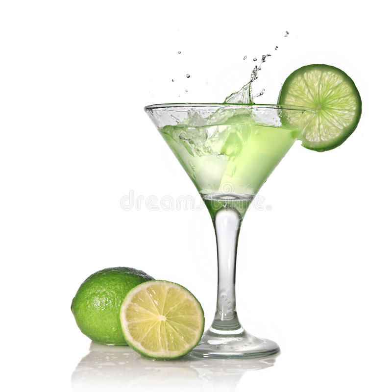 Cocktail verde do álcool com respingo e cal verde imagem de stock