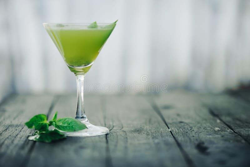 Cocktail verde Fuoco selettivo Priorità alta e fondo vaghi immagine stock