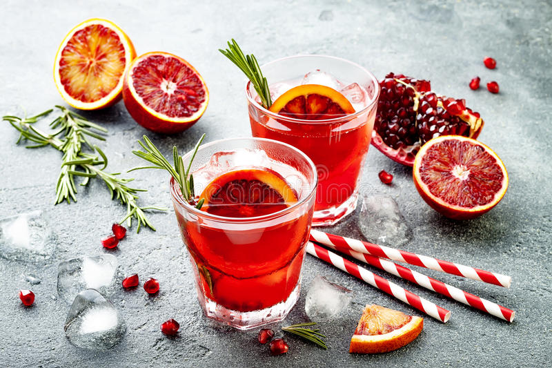 Cocktail vermelho com laranja pigmentada e romã Bebida de refrescamento do verão Aperitivo do feriado para a festa de Natal imagens de stock