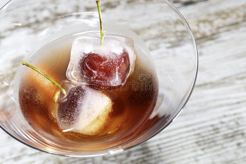 Cocktail vermelho com macro dos crerries imagens de stock royalty free