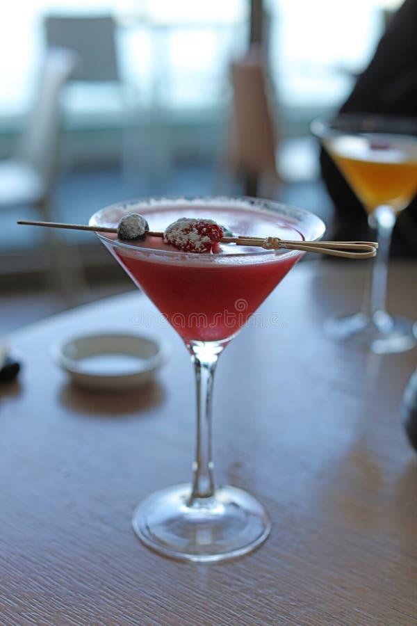 Cocktail vermelho com morangos e amoras-pretas, gosto da amora-preta da morango da bebida do álcool foto de stock