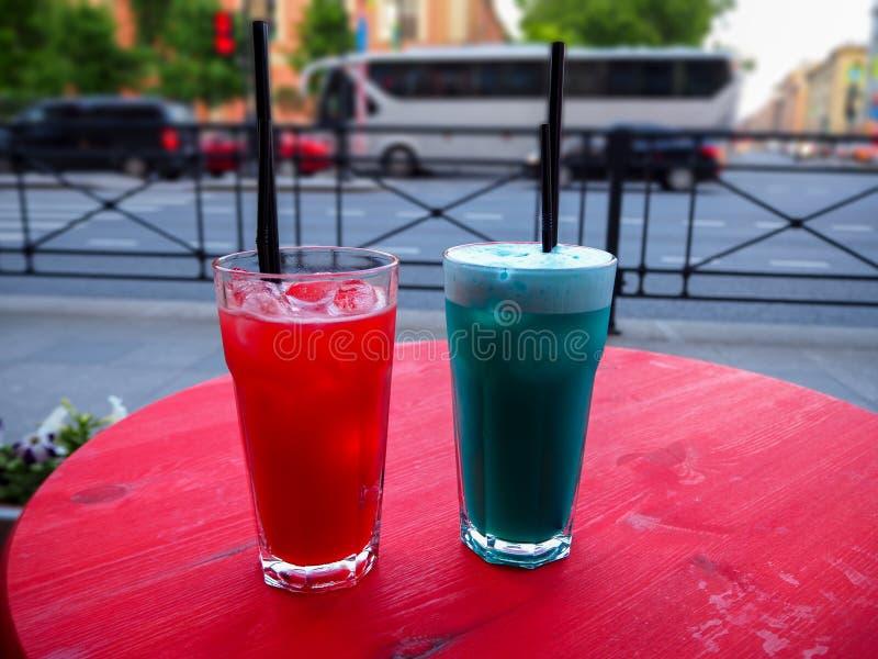 Cocktail vermelhos e azuis frios doces na tabela imagem de stock royalty free