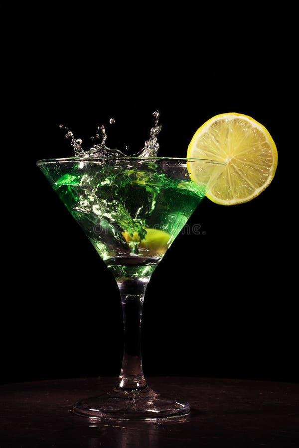 Cocktail vert avec l'éclaboussure sur le fond noir photographie stock libre de droits