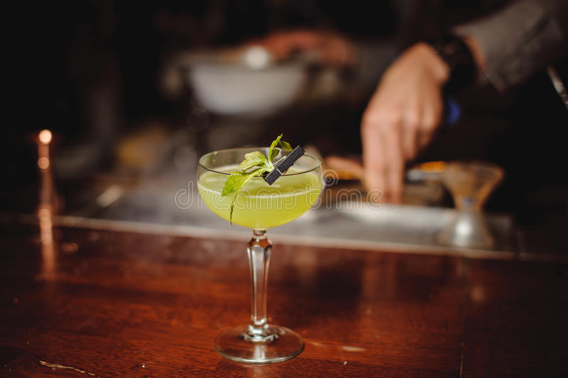 Cocktail vert d'alcool avec la chaux photographie stock