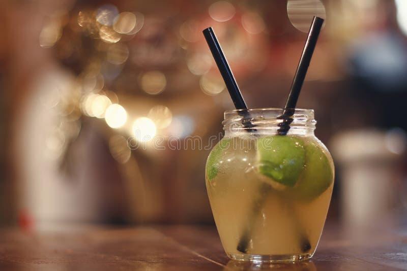 Download Cocktail Vert D'alcool De Fruit De Pomme Cocktail Froid De Fraîcheur Avec La Pomme, La Glace Et La Chaux Vertes Image stock - Image du nourriture, objet: 77154175