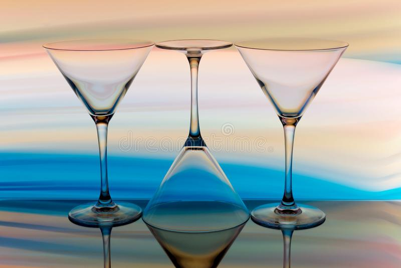 Cocktail/vetro di martini con un arcobaleno di colore dietro immagine stock