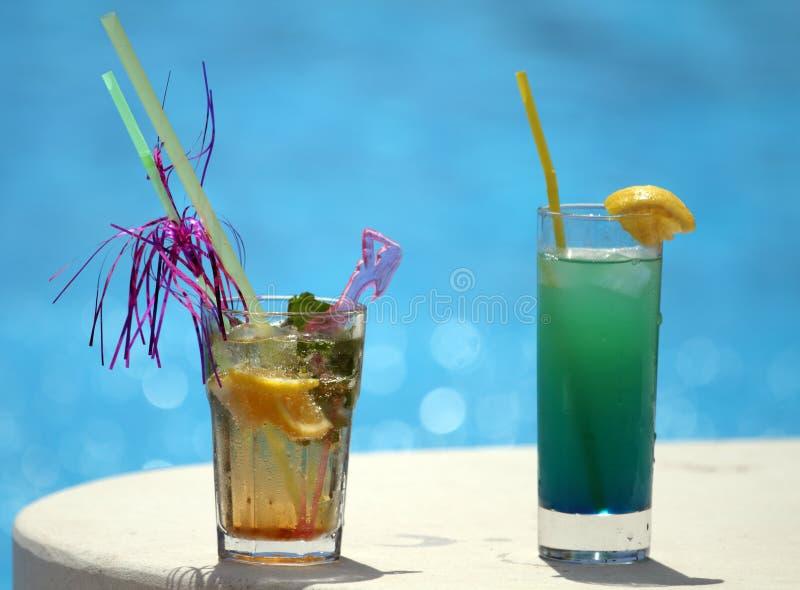 Cocktail vicino allo stagno fotografia stock