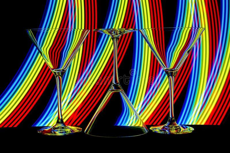Cocktail/vidros de martini com luz de néon atrás fotos de stock royalty free