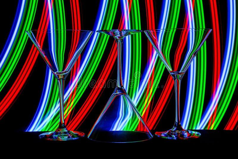 Cocktail/vidros de martini com luz de néon atrás imagens de stock