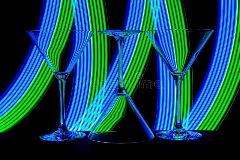 Cocktail/vidros de martini com luz de néon atrás fotografia de stock