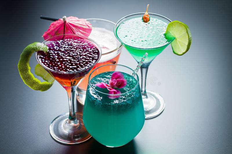 Cocktail vier mit Kaviar stockfoto