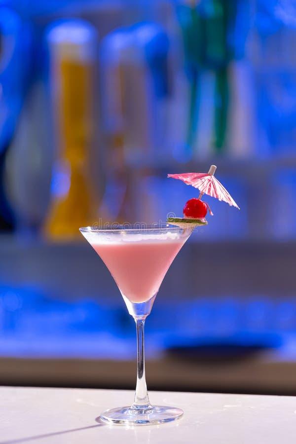 Cocktail-Watermelone Hintergrund in einer Spirituosenleiste lizenzfreie stockbilder