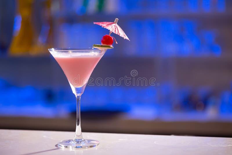Cocktail-Watermelone Hintergrund in einer Spirituosenleiste stockfotos