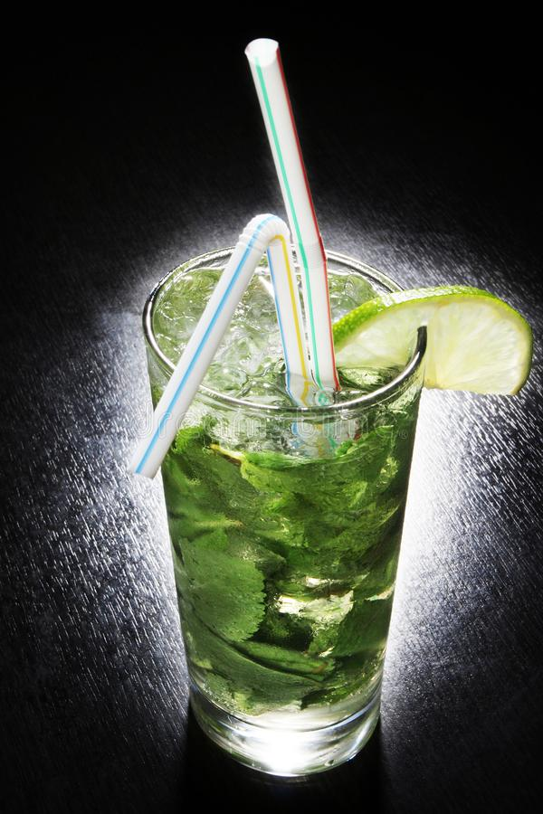 Cocktail zonder alcoholisch tonicum met kalk en min stock fotografie