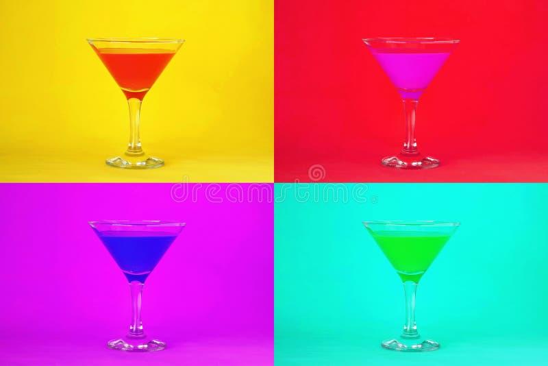 Cocktailachtergrond Martini-cocktailglazen stock foto's