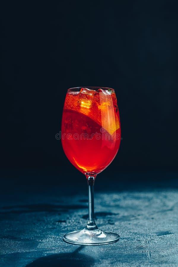Cocktailaperol spritz op donkere achtergrond zonlicht De cocktail van de de zomeralcohol met oranje plakken Italiaanse cocktailap royalty-vrije stock foto's