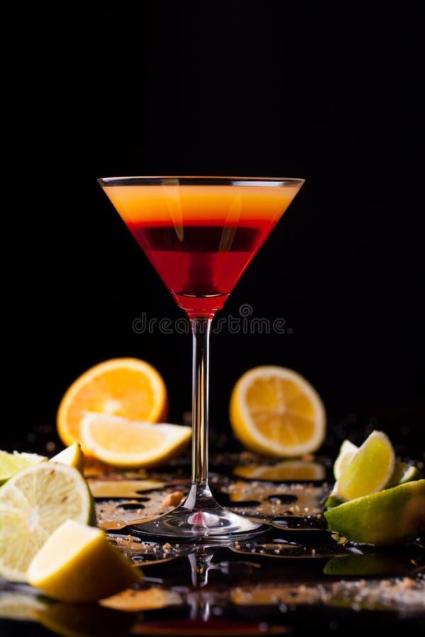 Cocktaildrank op zwarte achtergrond, citrusvruchten op de lijst Ruimte op achtergrond voor exemplaar, tekst, uw woorden royalty-vrije stock fotografie