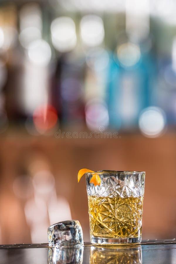 Cocktaildrank ouderwets bij barcounter in nachtclub of restaurant royalty-vrije stock afbeelding
