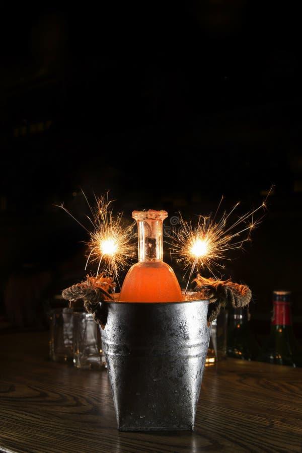 Cocktailfles in tinblik met vuurwerksterretje stock fotografie