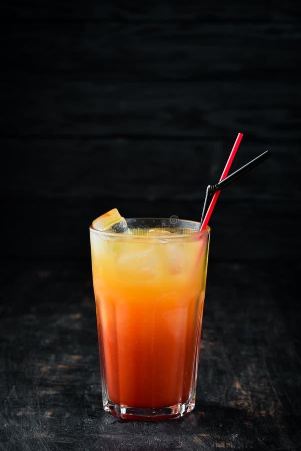 Cocktailgeschlecht auf dem Strand lizenzfreies stockbild