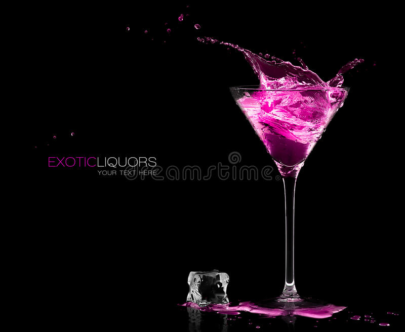 Cocktailglas met Aardbeigedistilleerde drank het Bespatten malplaatje stock afbeelding