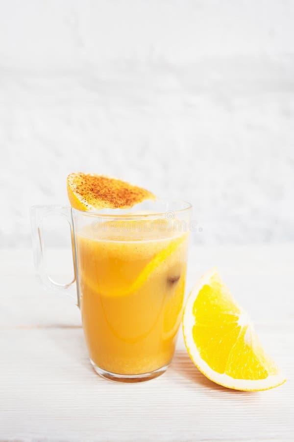 Cocktailglas met het verfrissen van oranje stempel royalty-vrije stock foto's