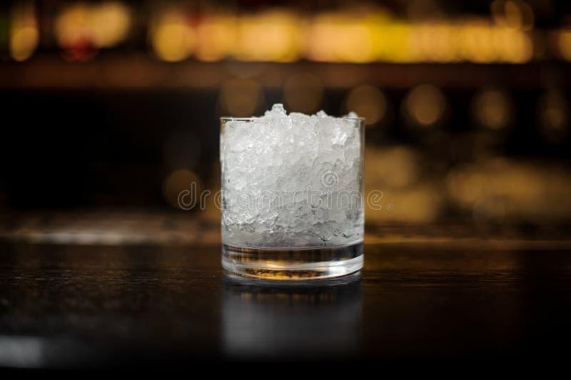 Cocktailglas van verpletterd ijs die zich op de bartribune bevinden stock foto's