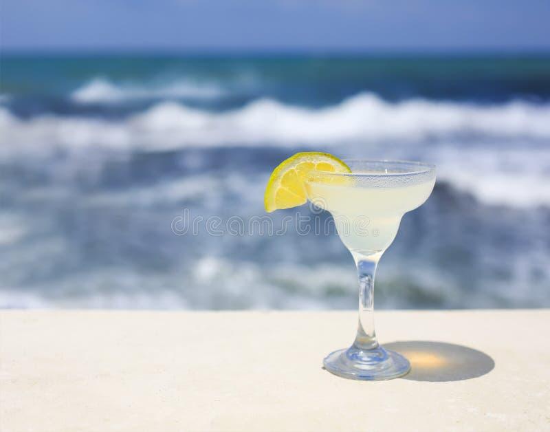 Cocktailglazen op overzeese achtergrond royalty-vrije stock afbeelding
