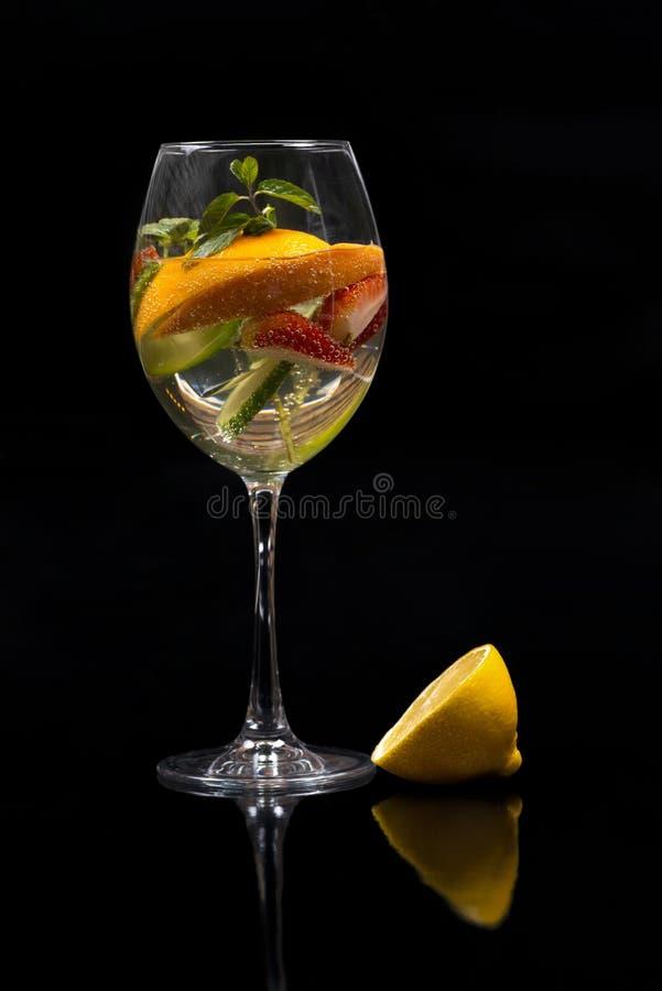 Cocktailmojito met sinaasappel, citroen, aardbei, komkommer en min royalty-vrije stock afbeeldingen