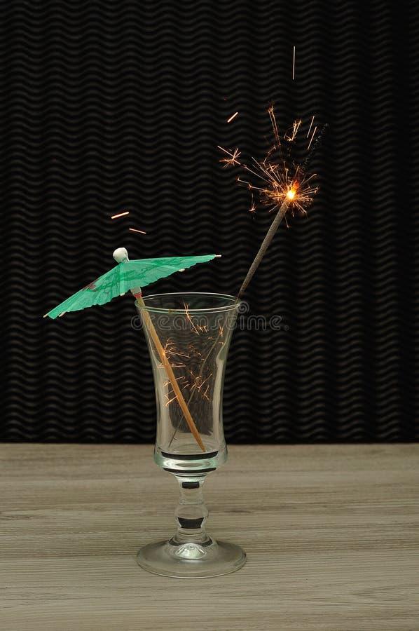 Cocktailparaplu met een sterretje in een cocktailglas stock foto