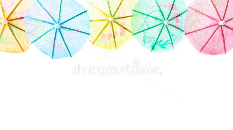 Cocktailparaplu's op witte achtergrond worden geïsoleerd die stock foto