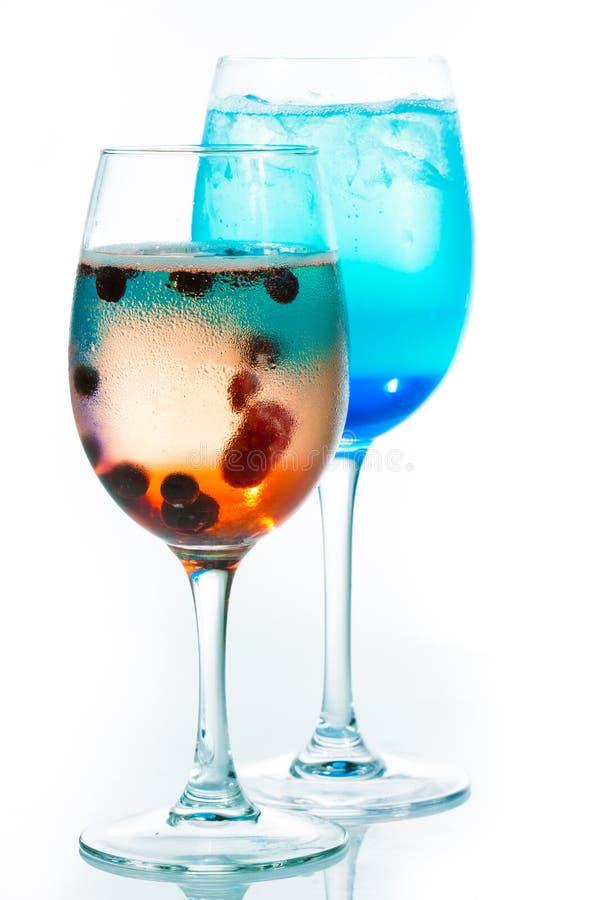 Download Cocktails Alcooliques Lumineux Sur Le Fond Blanc Photo stock - Image du bulle, célébrez: 45353990