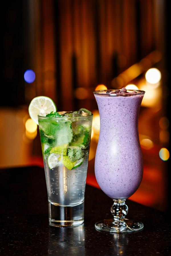 Cocktails auf dem Tisch - mojito und Beere Smoothie stockbild