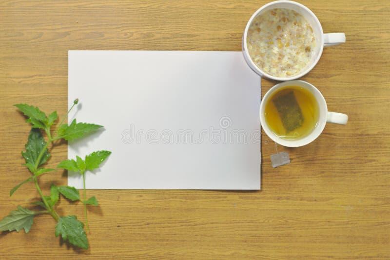 Cocktails, céréale, lait Fond en bois, table en bois, livre blanc, verre, verre, tasse de thé, sachet à thé instantané photos libres de droits