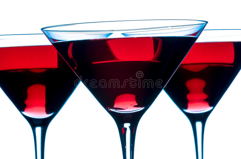 Cocktails cosmopolites rouges de Martini sur le fond blanc photographie stock libre de droits