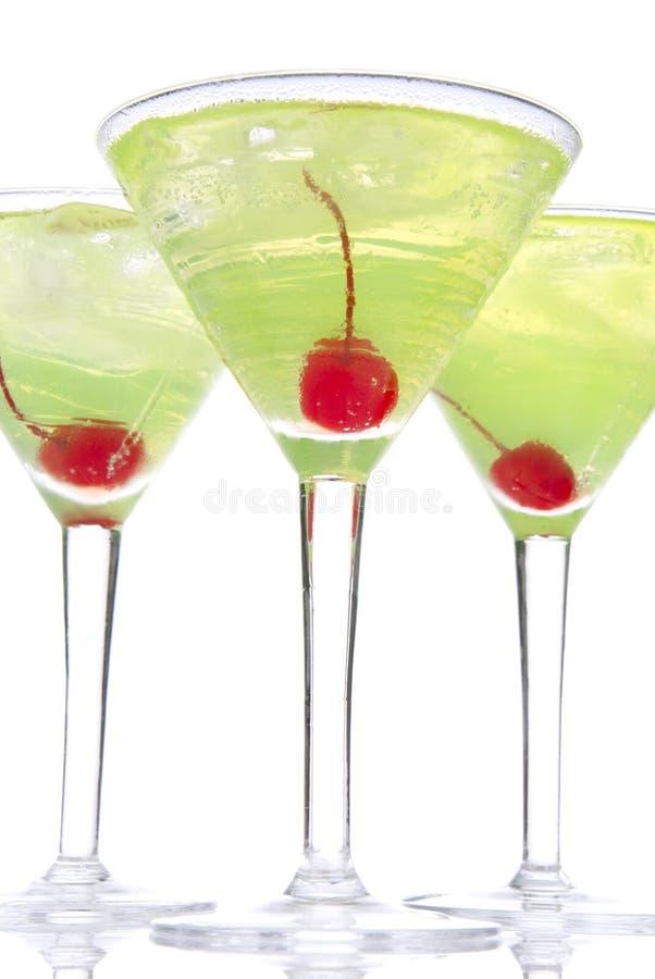 Cocktails d'alcool de Martini en jaune et vert de rangée photographie stock libre de droits