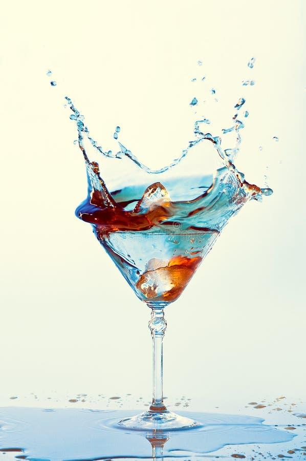Cocktails d'isolement sur le fond blanc Éclaboussure images stock