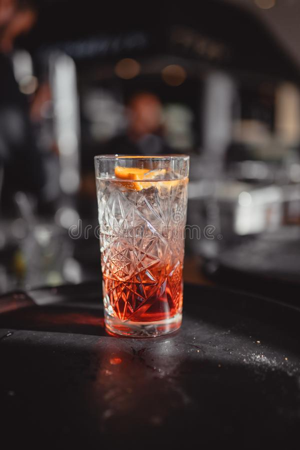 Cocktails dans une barre de cocktail avec orange et rouge photo stock