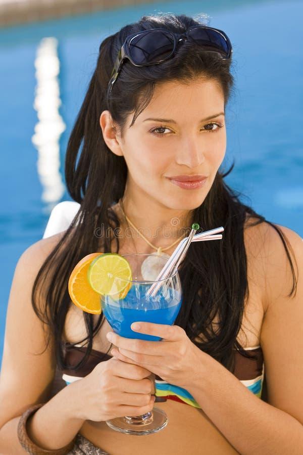 Cocktails durch das Pool lizenzfreies stockbild