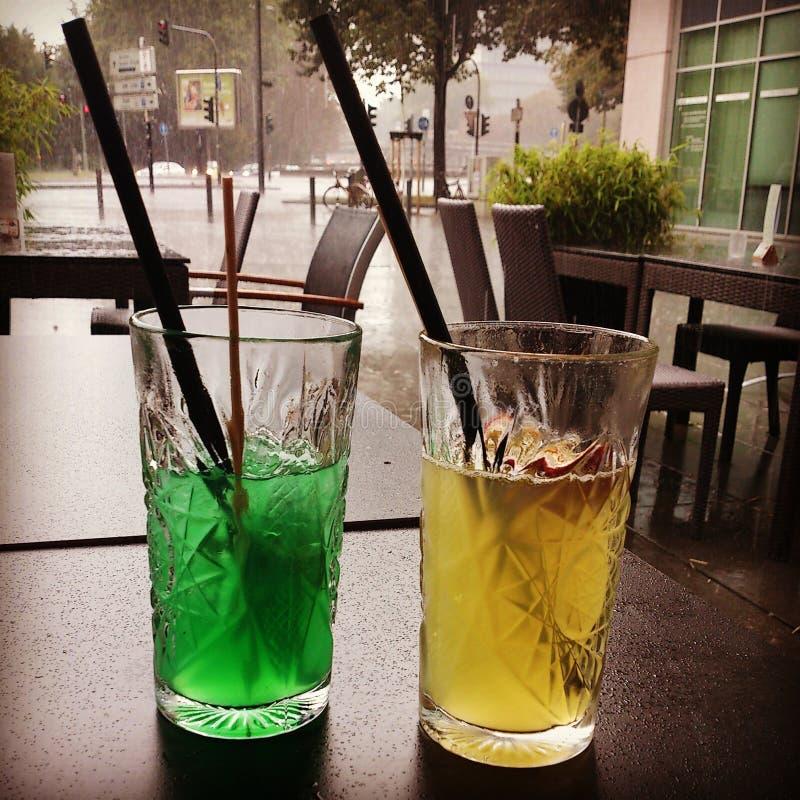 Cocktails an einem regnerischen Tag stockfotos